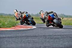 Le cavalier de moto est tombé sur la voie dans la vitesse roumaine de moto de championnat le 27 septembre 2015 à photographie stock