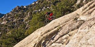 Le cavalier incliné de vélo monte vers le bas Images stock