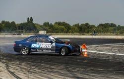 Le cavalier inconnu sur la marque BMW de voiture fait une erreur sur le trac Photographie stock libre de droits