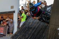 Le cavalier mexicain Ricardo Peredo de vélo de montagne passe par un tour de mur sur vers le bas la course de Puerto Vallarta, le photographie stock libre de droits