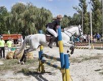 Le cavalier non identifié surmonte l'obstacle brancher championnat Photo libre de droits