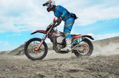 Le cavalier participe au championnat d'Endurocross du monde photo stock