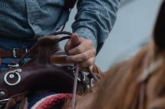 Le cavalier se tient sur des rênes de son cheval Images stock