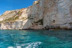 Le caverne blu e l'acqua blu del mare ionico sull'isola Zacinto in Grecia e fare un giro turistico indica Rocce in chiaro mare bl immagini stock