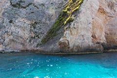 Le caverne blu e l'acqua blu del mare ionico sull'isola Zacinto in Grecia e fare un giro turistico indica Rocce in chiaro mare bl fotografia stock