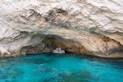 Le caverne blu e l'acqua blu del mare ionico sull'isola Zacinto in Grecia e fare un giro turistico indica Rocce in chiaro mare bl fotografia stock libera da diritti