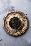 Le caviar noir peut dedans sur la glace dans la plaque de métal Photo libre de droits