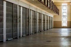 Le celle di prigione hanno allineato contro la parete Fotografie Stock