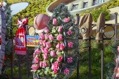 Le centinaia celesti commemorative di eroi del ` s della gente nel centro di Kyiv fotografia stock