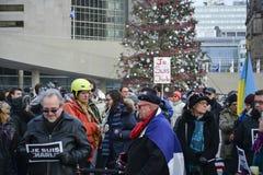 Le centinaia di Torontonians hanno converso su Nathan Philips Square Fotografia Stock