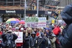 Le centinaia hanno marciato alla questura giovedì sera, Fotografia Stock