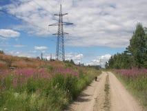 Le centrali elettriche si avvicinano alla strada Fotografia Stock