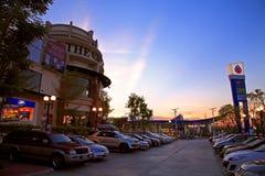 Le centre commercial de PTTs de cristal au ciel crépusculaire Images stock