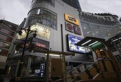 Le centre commercial du terminal 21 est le centre commercial célèbre qui relient le souterrain et le Skytrain ensemble Image libre de droits