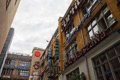Le centre d'art de rue de famouse à Wroclaw, Pologne avec de vieux enseignes au néon image stock