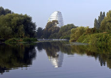 Le centre d'espace de Leicester reflété en rivière montent Images libres de droits