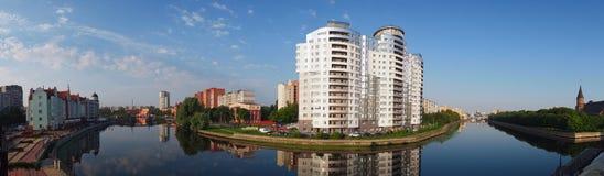 Le centre de Kaliningrad et de rivière de Pregolya, panorama Photographie stock libre de droits