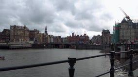 Le centre de la ville d'Amsterdam - vue de station centrale banque de vidéos