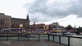 Le centre de la ville d'Amsterdam - vue de station centrale - AMSTERDAM - PAYS-BAS - 19 juillet 2017 banque de vidéos