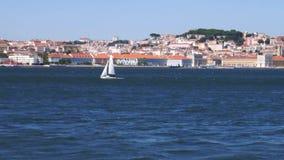 Le centre de la ville de Lisbonne, Portugal du Tage a capturé d'un ferry banque de vidéos