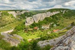 Le centre de récréation d'Eski-Kermen est situé dans la poutre de Gurla près de la ville médiévale de caverne d'Eski-Kermen Photo libre de droits