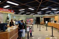 Le centre de touristes dans la ville de banff Image libre de droits