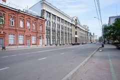 Le centre et les bâtiments historiques de la période soviétique au centre d'Irkoutsk Photographie stock