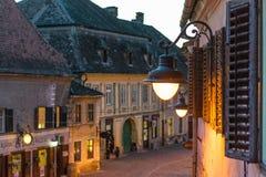 Le centre historique de Sibiu pendant l'aube Photographie stock
