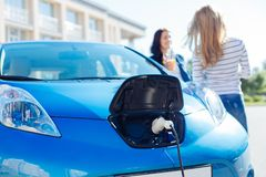 Le centre sélectif d'un chargeur électrique a branché à la voiture Photos stock