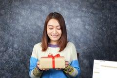 Le centre sélectif de la femme remet tenir le boîte-cadeau avec le ruban rouge image libre de droits