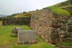 Le CENTRE SPIRITUEL de CUSCO DES ANDES, est ce qui écrit sur le plat de signe en laiton à la citadelle antique de Sacsayhuaman, C image stock