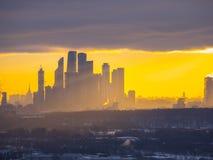 Le centre ville au lever de soleil d'hiver Images stock