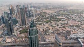 Le centre ville de Dubaï dans le timelapse de matin après lever de soleil Vue aérienne avec des tours et des gratte-ciel clips vidéos