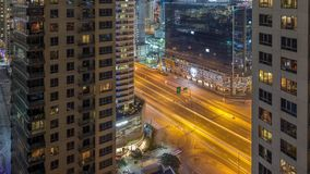 Le centre ville de Dubaï et baie d'affaires avec le timelapse moderne de nuit d'architecture banque de vidéos