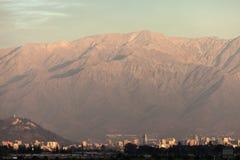 Le centre ville de Santiago, Chili vu au coucher du soleil Photographie stock