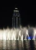 Le centre ville et l'homme de fontaines de danse ont effectué le lac Image stock