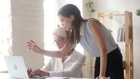 Le CEO millénaire fâché explique la tâche en ligne soumise à une contrainte des employés pluss âgé clips vidéos