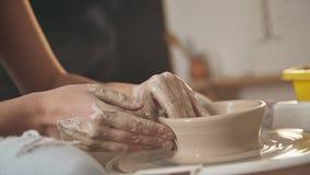 Le ceramist principal travaille dans son studio Plan rapproché, seulement mains banque de vidéos