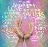 Le cercle de l'amour et la sagesse et les mains de karma sur le parchemin Photographie stock libre de droits
