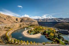 Le cercle des arbres d'automne entourent un parc public à la base de la chance Photographie stock