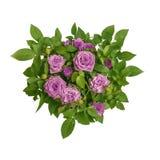 Le cercle magenta rose de bouquet de roses entouré par vert laisse à plan rapproché la vue supérieure Symbole de l'amour, passion Photographie stock libre de droits