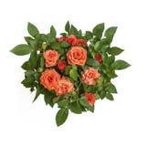 Le cercle orange chaud de bouquet de roses entouré par vert laisse à plan rapproché la vue supérieure Symbole de l'amour, passion Photographie stock
