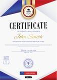 Le certificat blanc officiel avec les rubans violets rouges et l'éducation conçoivent des éléments, chapeau de graduatioin, tasse Images stock