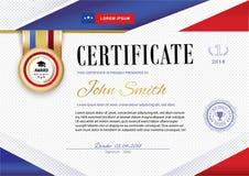 Le certificat blanc officiel avec les rubans violets rouges et l'éducation conçoivent des éléments, chapeau de graduatioin, tasse Photos stock