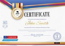 Le certificat blanc officiel avec les rubans violets rouges et l'éducation conçoivent des éléments, chapeau de graduatioin, tasse Photographie stock libre de droits