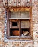 Le châssis de fenêtre d'une maison ruinée Photos libres de droits