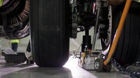 Le châssis roule le plan rapproché en caoutchouc de pneu d'avion Avion de train d'atterrissage en plan rapproché en caoutchouc de clips vidéos