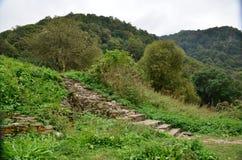 le château antique dans les montagnes de Caucase est beau Photo libre de droits