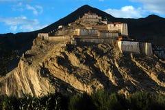 Le château antique tibétain sur la montagne Photographie stock