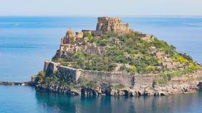 Le château d'Aragonese est la plupart de point de repère visité près des ischions île, Italie banque de vidéos